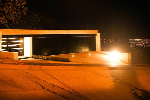 Ingreso / cochera: Casas de estilo moderno por aaestudio