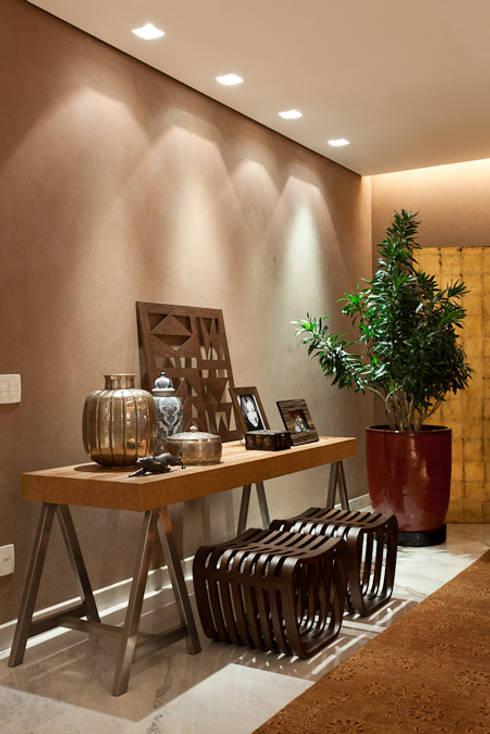 Aparador da sala de estar: Salas de estar modernas por Mariana Borges e Thaysa Godoy