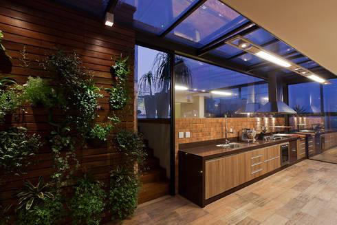 Espaço Gourmet da Cobertura: Cozinhas modernas por Mariana Borges e Thaysa Godoy