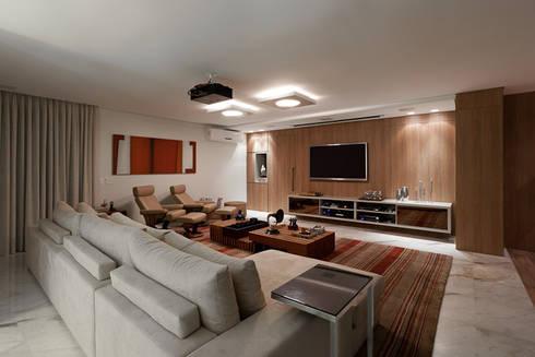 Home Theater da Cobertura: Salas multimídia modernas por Mariana Borges e Thaysa Godoy