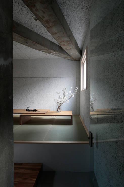 都市のツリーハウス: m-SITE-rが手掛けた寝室です。