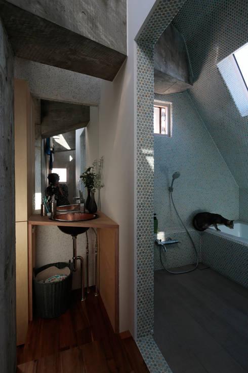 都市のツリーハウス: m-SITE-rが手掛けた浴室です。