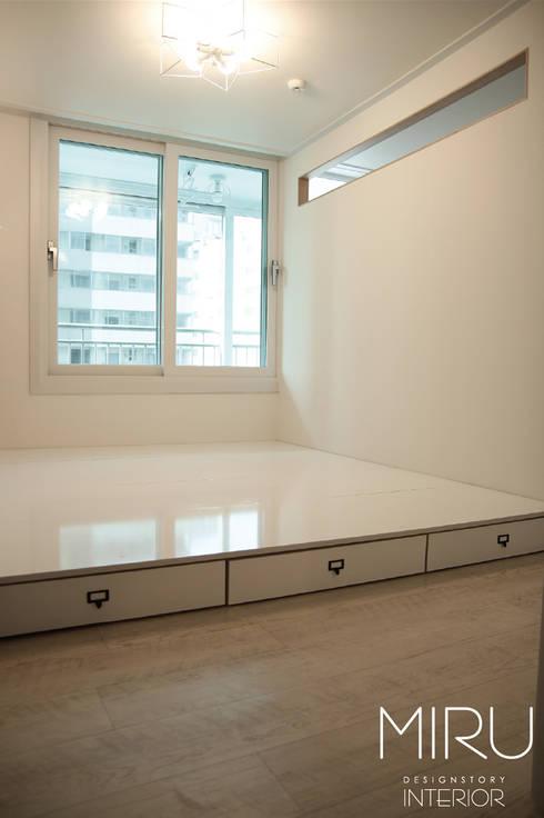 트랜디한 아파트 인테리어(침실,서재방): 미루디자인의  침실