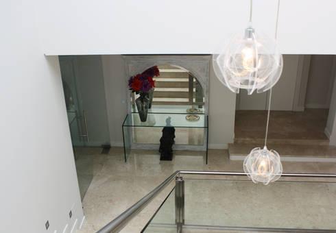 escadas: Corredor, hall e escadas  por Joana Conceição - Architecture and Interior design