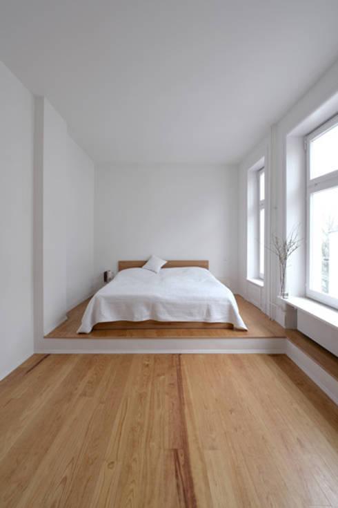 Schlafzimmer - Pitch Pine :  Schlafzimmer von iD Architektur iD Studio