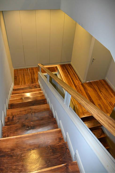 Escadas de acesso: Corredores e halls de entrada  por Germano de Castro Pinheiro, Lda