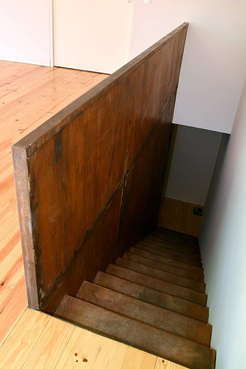 Escadas privativas: Corredores e halls de entrada  por Germano de Castro Pinheiro, Lda