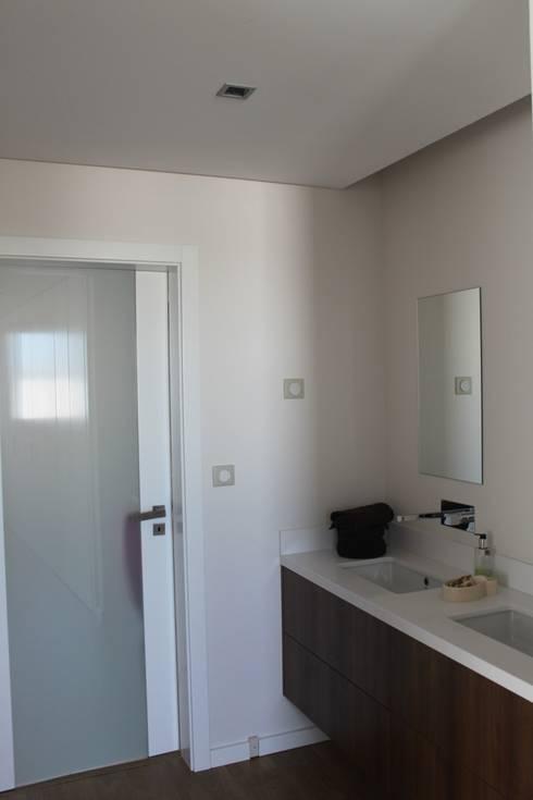 casa de banho . suite: Casas de banho  por Joana Conceição - Architecture and Interior design