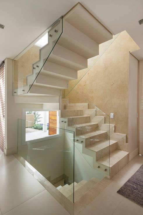 Pasillos y recibidores de estilo  por Cactus Arquitetura e Urbanismo