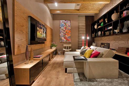 Estúdio Home Theater e Home Office: Salas multimídia modernas por Mariana Borges e Thaysa Godoy