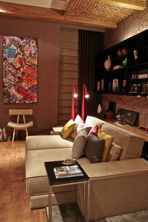 Estúdio Home Office: Salas multimídia modernas por Mariana Borges e Thaysa Godoy