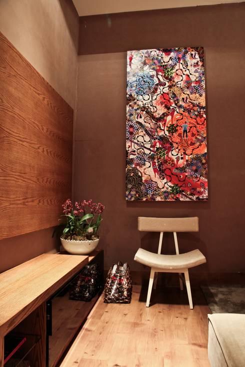 Detalhe tela Gustavo Maia: Salas multimídia modernas por Mariana Borges e Thaysa Godoy