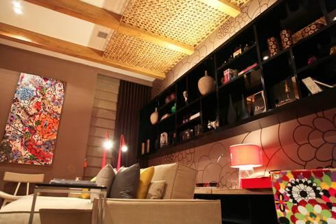 Detalhe estante e pergolado com treliça: Salas multimídia modernas por Mariana Borges e Thaysa Godoy