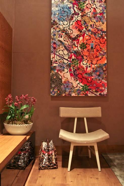 Detalhe poltrona e tela Gustavo Maia: Salas de estar modernas por Mariana Borges e Thaysa Godoy