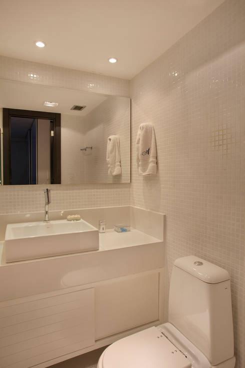 Cobertura Barra: Banheiros modernos por ASP Arquitetura
