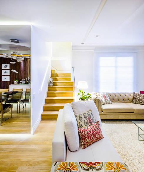 Sala com Escada: Salas de estar modernas por Studio ML