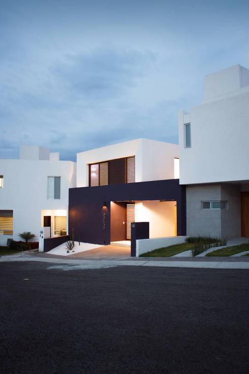 DE NOCHE: Casas de estilo  por Región 4 Arquitectura