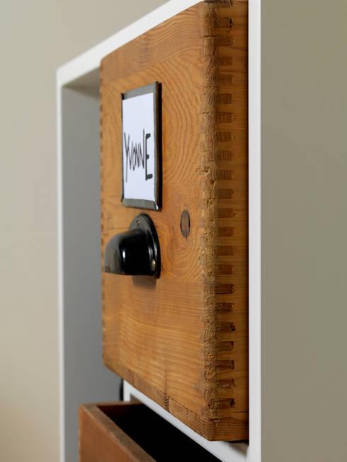 Möbel 0902: moderner Flur, Diele & Treppenhaus von Zweitform