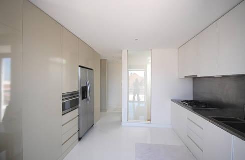 Renovação de apartamento na Junqueira: Cozinhas modernas por Borges de Macedo, Arquitectura.