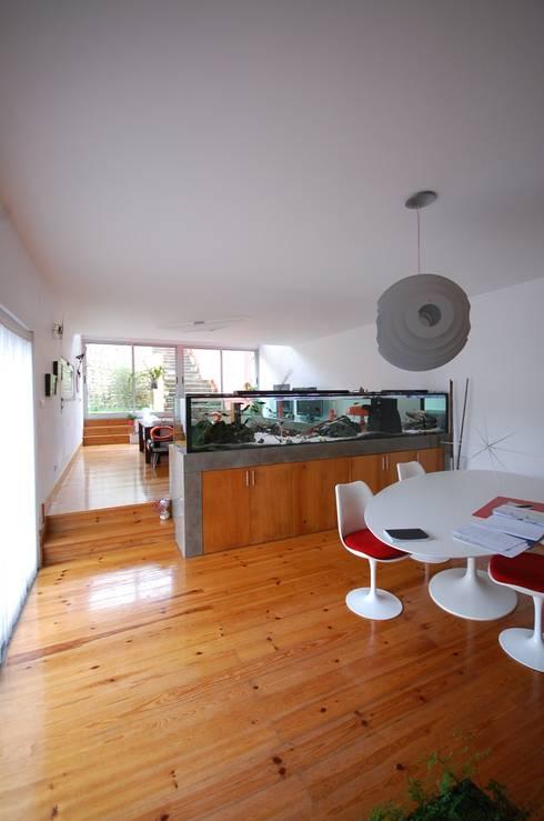 Casa na Portela: Salas de jantar modernas por Borges de Macedo, Arquitectura.