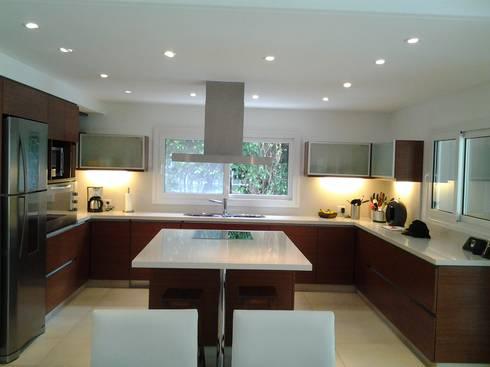 Cocina Familiar y Moderna: Cocinas de estilo moderno por Silvina Lightowler - Diseño a medida