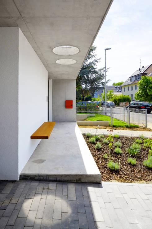 Eingangsbereich mit Sitzbank:  Häuser von Marcus Hofbauer Architekt