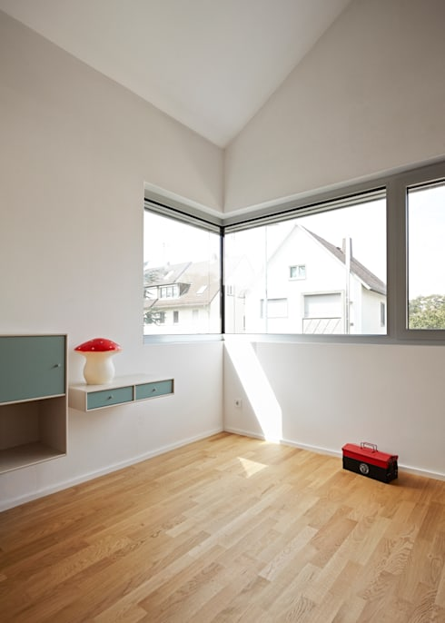 Kinderzimmer mit offenem Dach: moderne Kinderzimmer von Marcus Hofbauer Architekt