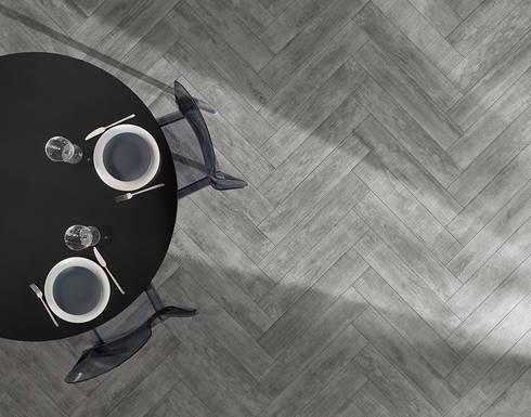 Wildwood: Salas de jantar industriais por Love Tiles