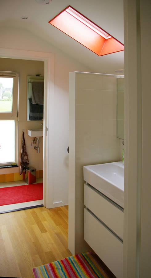 Wastafel op overloop:  Badkamer door Architectenbureau Rutten van der Weijden