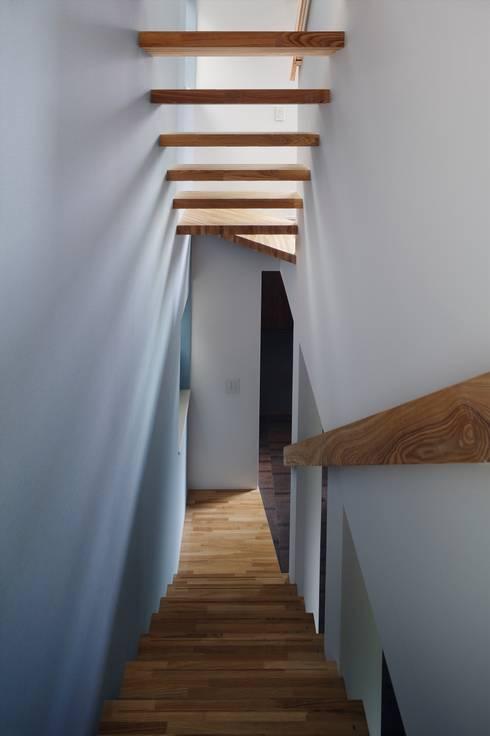 Pasillos y recibidores de estilo  por 向山建築設計事務所