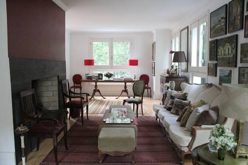 Residência Estilo Europeu: Sala de estar  por Saly Gignon