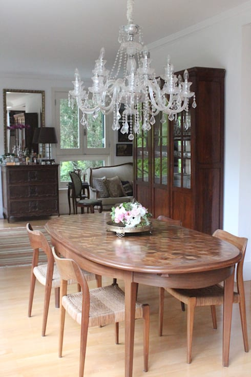 Residência Estilo Europeu: Sala de jantar  por Saly Gignon