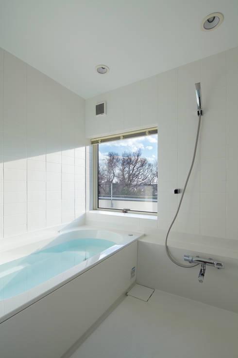 寺尾台の家: 向山建築設計事務所が手掛けた浴室です。
