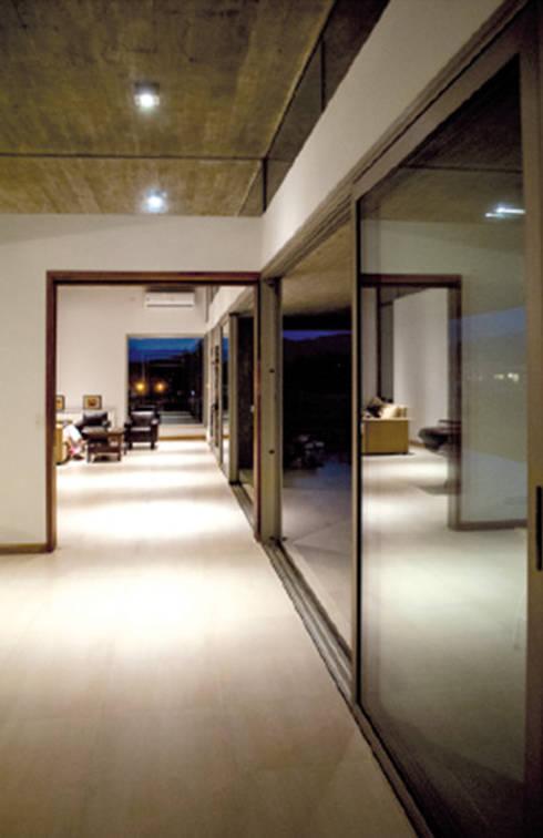 Pasillo Casa el Tipal: Pasillos y recibidores de estilo  por Proyecto Norte