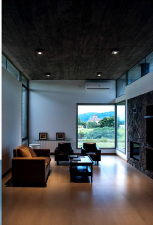 Living Casa el Tipal: Livings de estilo moderno por Proyecto Norte