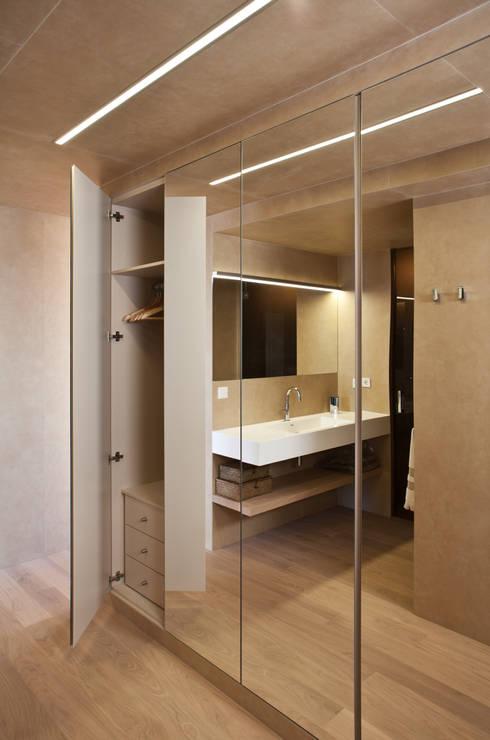 CASA HORIZON: Baños de estilo moderno de Barea + Partners