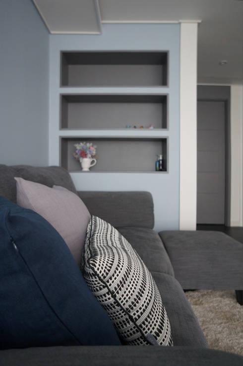 33평형 모던 아파트 인테리어: 마르멜로디자인컴퍼니의  거실
