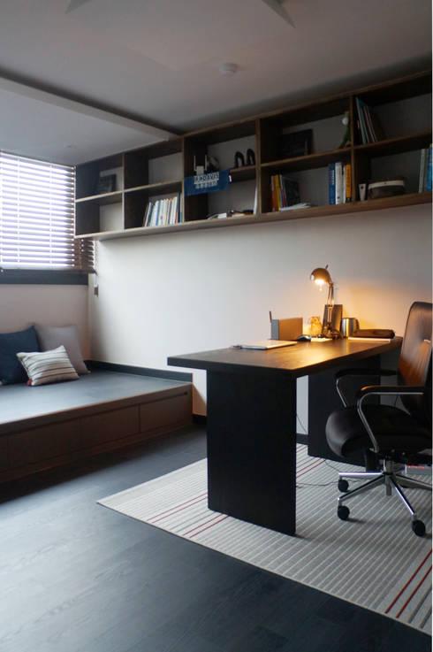 단차를 이용한 서재공간의 활용: 마르멜로디자인컴퍼니의  서재 & 사무실