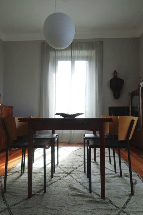 Cumeada: Salas de estar ecléticas por Consigo Interiores
