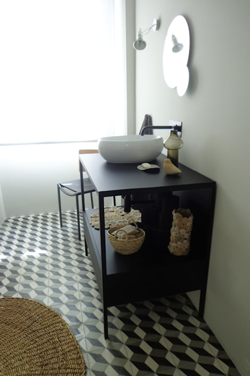 Cumeada: Casas de banho ecléticas por Consigo Interiores