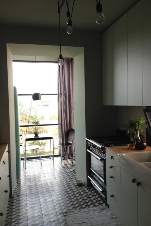 Cumeada: Cozinhas ecléticas por Consigo Interiores