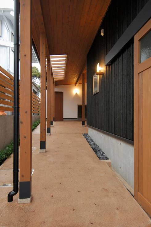 中庭を持つ高台のいえ: shu建築設計事務所が手掛けた廊下 & 玄関です。
