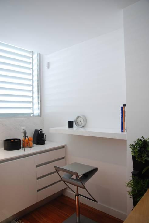 Projecto Vale Pisão - Gabinete de Arquitectura Inexistencia: Cozinhas modernas por Inexistencia Lda
