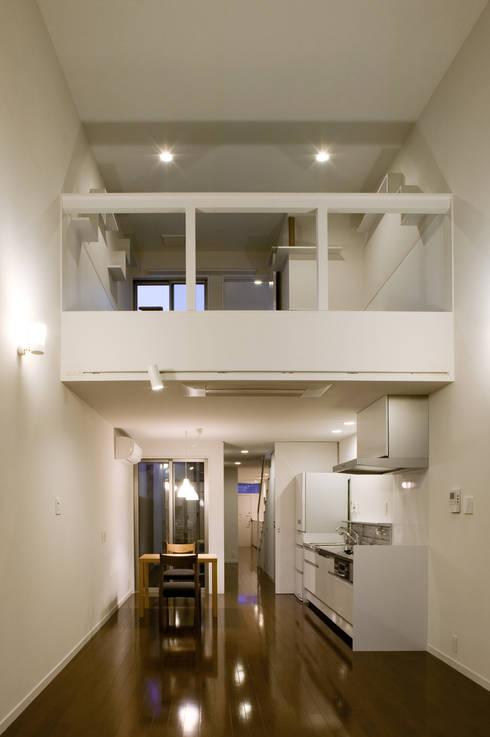 居間から猫室を見る: 有限会社Y設計室が手掛けたリビングです。