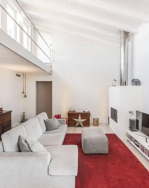 Legno & Design: Soggiorno in stile in stile Moderno di Emmeti Srl