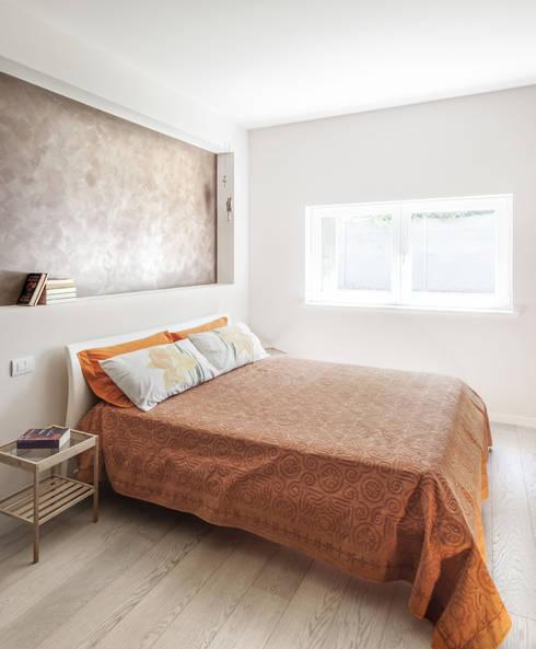 Legno & Design: Camera da letto in stile in stile Moderno di Emmeti Srl
