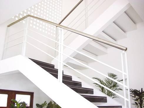 Casa Gerson: Corredores e halls de entrada  por Martins Lucena Arquitetos