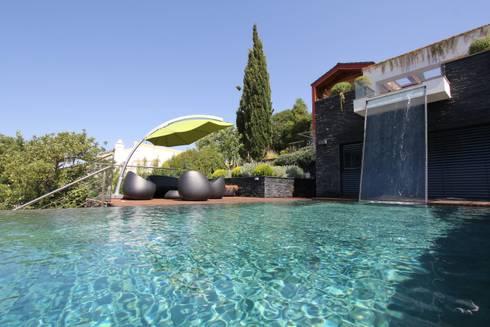 Casa Madeira: Piscinas modernas por Riscos & Atitudes, Lda