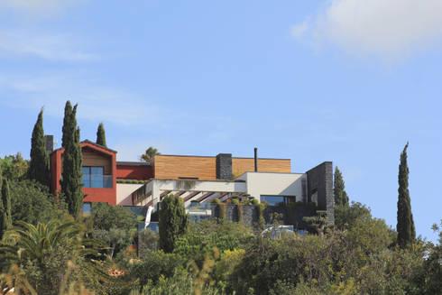 Casa Madeira: Casas modernas por Riscos & Atitudes, Lda