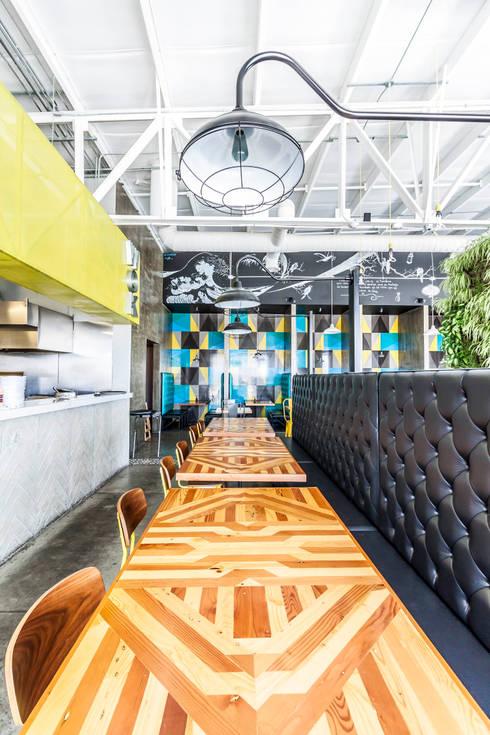 KOTORI WOK  I TJ: Comedores de estilo industrial por SZTUKA  Laboratorio Creativo de Arquitectura